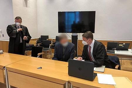 Der Angeklagte sitzt im Saal des Landgerichts Fulda zwischen seinen Verteidigern. Foto: Christine Schultze/dpa