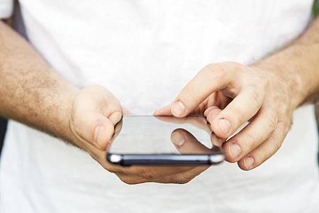 Auf dem Smartphone jagt eine Nachricht die nächste: Trotzdem sollte man SMS sorgfältig prüfen, bevor man darin auf einen Link tippt. Foto: Robert Günther/dpa-tmn