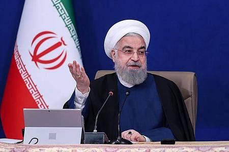 Hassan Ruhani, Präsident des Iran, spricht bei der wöchentlichen Kabinettssitzung. Foto: -/Iranian Presidency/dpa