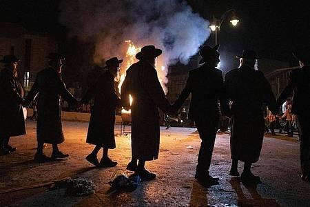 Jüdische Männer feiern auf einem Lag-Baomer-Fest in Jerusalem. Bei einem ähnlichen Fest in dem israelischen Ort Meron kam es zu einer Massenpanik mit Toten. Foto: Sebastian Scheiner/AP/dpa