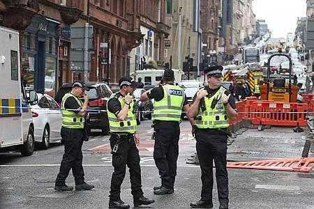 Polizisten stehen am abgesperrten Tatort in der West George Street in Glasgow. Foto: Andrew Milligan/PA Wire/dpa