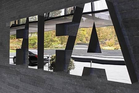 Die FIFA plant trotz der Corona-Pandemie keine generelle Aufhebung der Abstellungspflicht. Foto: Ennio Leanza/KEYSTONE/dpa