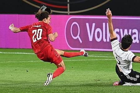 Fußball-Länderspiel Deutschland gegen Dänemark: Yussuf Poulsen (l) trifft zum 1:1. Mats Hummels (r) kann den Treffer nicht verhindern. Foto: Federico Gambarini/dpa