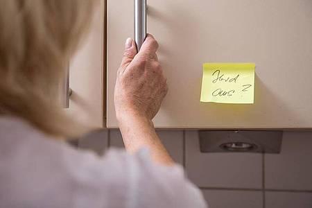 Mit Merkzetteln wie diesem können Menschen mit einer beginnenden Demenz oft nichts mehr anfangen. Foto: Christin Klose/dpa-tmn