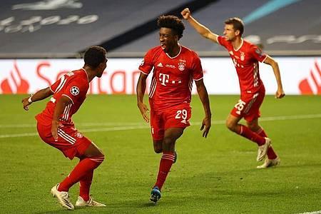 Kingsley Coman (M) von Bayern München feiert sein Tor zum 1:0 gegen Paris Saint-Germain. Foto: Julian Finney/Getty Images via UEFA/dpa