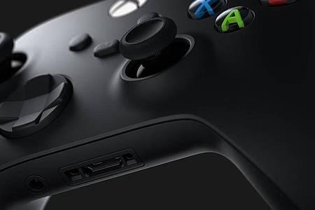 Fast alles beim Alten:Den Xbox-Controller hat Microsoft kaum verändert, neu ist nur die Share-Taste in der Mitte. Foto: Microsoft/dpa-tmn
