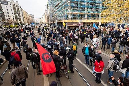 Teilnehmer einer Kundgebung vor dem Bundesgesundheitsministerium in Berlin. Foto: Christoph Soeder/dpa