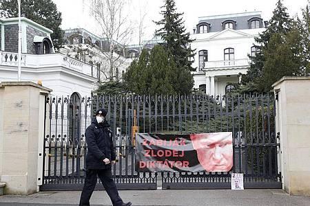 Protestplakat am Zaun der russischen Botschaft in Prag. Foto: Petr David Josek/AP/dpa