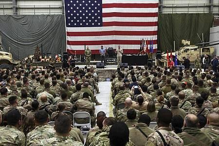Joseph Dunford (Bühne,r), Vorsitzender der Joint Chiefs of Staff, spricht 2017 in Kabul zu US-Soldaten. Foto: Rahmat Gul/AP/dpa
