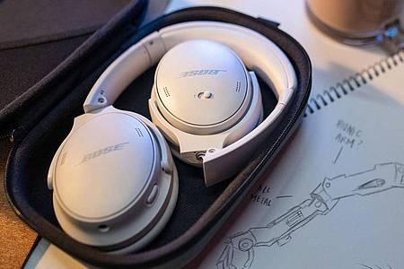 Das Design der QC 45 (350 Euro) hat Bose nur leicht überarbeitet. Die Kopfhörer lassen sich zum Transport zusammenlegen. Foto: Bose/dpa-tmn