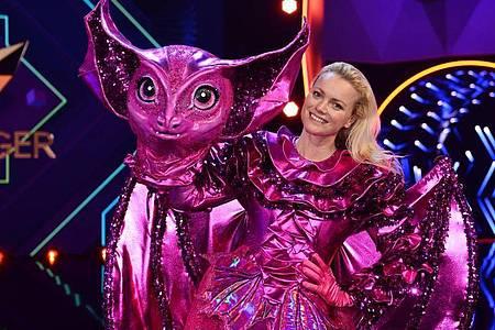 Franziska Knuppe steht als enttarnte Figur «Die Fledermaus» auf der Bühne. Foto: Willi Weber/ProSieben/dpa