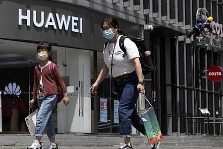 Huawei sieht sich nach der Ausweitung der US-Sanktionen gegen den chinesischen Technologiekonzern auf das Chip-Geschäft im Überlebenskampf. Foto: Ng Han Guan/AP/dpa