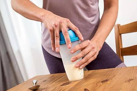 Mit Wasser mischen und fertig: Trinkmahlzeiten in Pulverform sind schnell zubereitet. Foto: Christin Klose/dpa-tmn