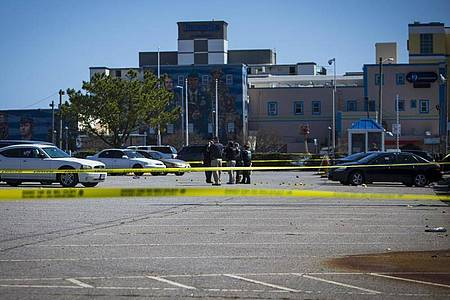 Polizisten ermitteln an einem der Tatorte in Virginia Beach. Foto: John C. Clark/FR171764 AP/dpa