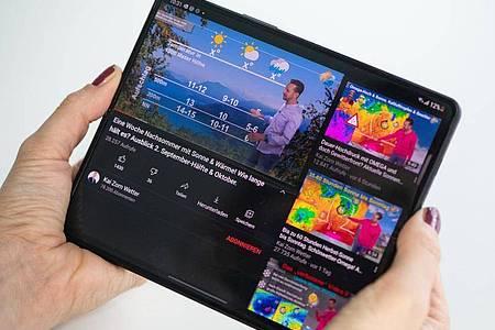 Googles Videonetzwerk Youtube kann das große Display des Z Fold 3 schon ausnutzen. Links gibt es das Video, rechts mehr Inhalte. Foto: Franziska Gabbert/dpa-tmn