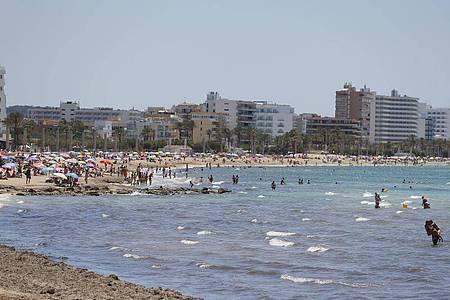 Mallorca und die anderen Balearen-Inseln führen eine strenge Maskenpflicht ein. Pools und Strände sollen aber davon ausgenommen sein. Foto: Clara Margais/dpa
