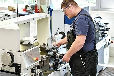 Ein gutes räumliches Vorstellungsvermögen und technisches Verständnis:Das bringt Robin Stenzel als angehende Fachkraft für Metalltechnik mit. Foto: Kirsten Neumann/dpa-tmn