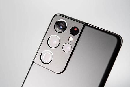 Weitwinkel, Ultra-Weitwinkel und zwei Telekameras stecken in der Rückseite des Samsungs Galaxy S21 Ultra. Foto: Zacharie Scheurer/dpa-tmn