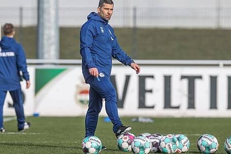 Dimitrios Grammozis gibt sein Bundesliga-Debüt als Coach des FC Schalke 04. Foto: Tim Rehbein/FC Schalke 04/dpa