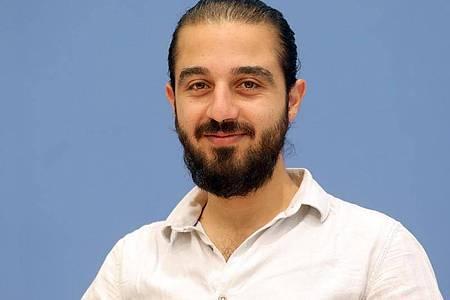Tareq Alaows auf einer Pressekonferenz. (Archivbild). Foto: Wolfgang Kumm/dpa