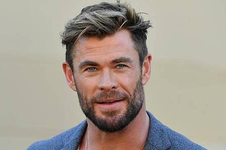 Schauspieler Chris Hemsworth bei einer Pressekonferenz. Der «Thor»-Darsteller hat das Ende der Dreharbeiten von «Thor: Love and Thunder» mit einem «super entspannten» Foto bekanntgegeben. Foto: Mick Tsikas/AAP/dpa