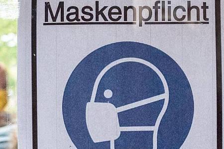Ein Plakat in Berlin mit der Aufschrift «Maskenpflicht». Foto: Kay Nietfeld/dpa