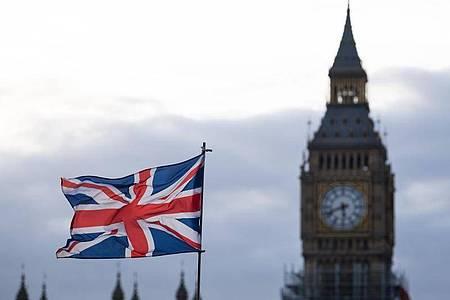 Die Flagge vom Vereinigtem Königreich weht vor dem Big Ben inLondon. Foto: Monika Skolimowska/dpa-Zentralbild/dpa