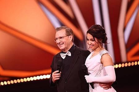Jan Hofer erhielt mit seiner Tanzpartnerin Christina Luft für seinen Langsamen Walzer zwölf Punkte. Foto: Rolf Vennenbernd/dpa