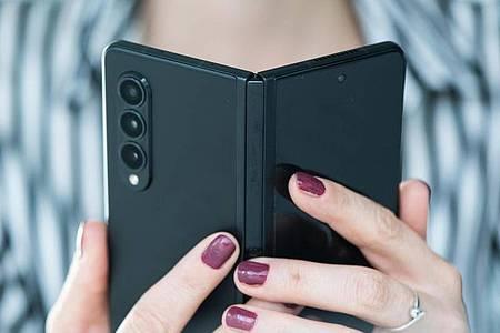 Das Samsung Galaxy Z Fold 3 hat ein Kamera-Trio mit je 12 Megapixeln Auflösung. Foto: Franziska Gabbert/dpa-tmn