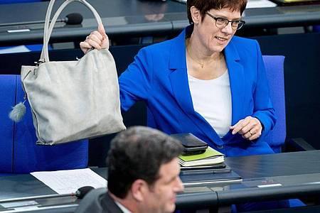 CDU-Chefin Annegret Kramp-Karrenbauer und Arbeitsminister Hubertus Heil (SPD). Foto: Kay Nietfeld/dpa