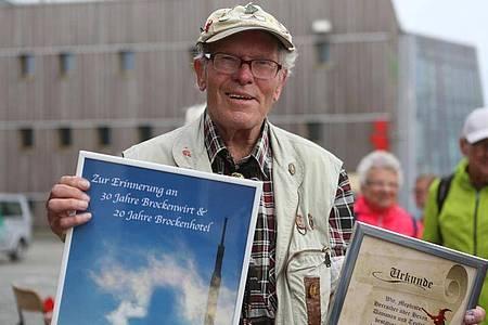 """Benno Schmidt alias """"Brocken Benno"""" an seinem 88. Geburtstag auf dem 1141 Meter hohen Brocken. Foto: Matthias Bein/dpa-Zentralbild/dpa"""