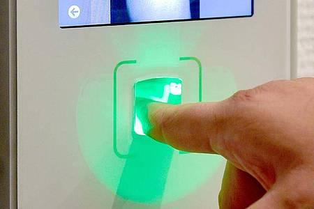 Ein Zeiterfassungssystem mit Fingerprint dürfen Arbeitgeber nur mit Einwilligung der Mitarbeiter nutzen. Foto: Kirsten Neumann/dpa-tmn