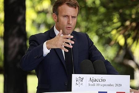 Frankreichs Präsident Emmanuel Macron äußert sich bei einer Pressekonferenz in Ajaccio auf Korsika. Foto: Ludovic Marin/POOL AFP/AP/dpa