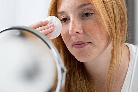 Mizellenwasser sollen das Make-up ohne großes Rubbeln und Reiben entfernen können. Foto: Christin Klose/dpa-tmn