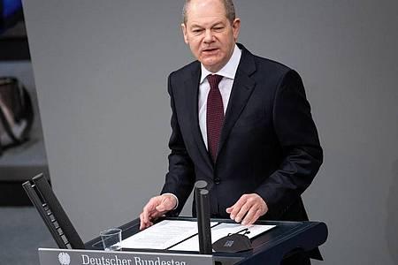 Olaf Scholz (SPD), Bundesminister der Finanzen und SPD-Kanzlerkandidat, spricht während einer Plenarsitzung des Deutschen Bundestages. Foto: Bernd von Jutrczenka/dpa