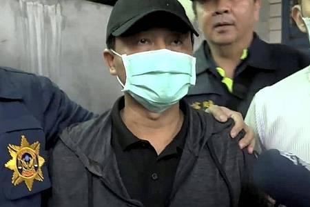 Vor seiner Festnahme entschuldigte sich der Kranwagenfahrer unter Tränen bei denAngehörigen des Zugunglücks. Foto: Uncredited/EBC/AP/dpa