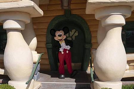 13 Monate lang war Disneyland in Kalifornien wegen der Corona-Pandemie zu, nun darf Mickey Mouse endlich wieder vor die Tür. Foto: Jae C. Hong/AP/dpa