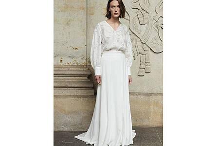 Elegant und lässig kombiniert Ivy&Oak einen langen weißen Rock mit einer Spitzen-Bluse - auch einzeln tragbar (Preis auf Anfrage). Foto: Ivy&Oak/dpa-tmn