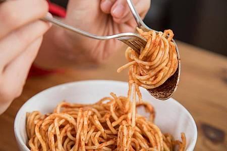 Nicht nur die Größe der Portion beeinflusst, wie viel wir essen. Foto: Christin Klose/dpa-tmn