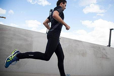 Wenn man - etwa mit Blick auf einen bevorstehenden Wettkampf - den Trainingsumfang in kurzer Zeit deutlich steigert, kann es zu Ermüdungsbrüchen kommen. Foto: Christin Klose/dpa-tmn