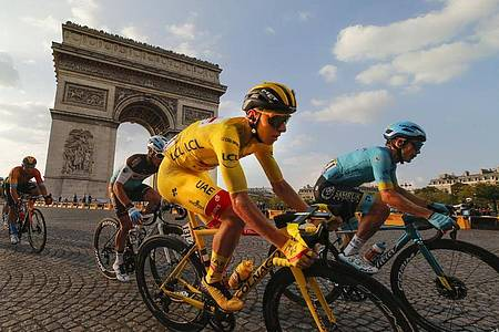 Das WM-Zeitfahren findet ohne Tadej Pogacar (M.) statt. Foto: Christophe Ena/AP/dpa