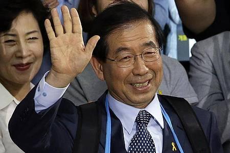 Park Won Soon, Bürgermeister von Seoul, feiert seine Wahl zum Bürgermeister im Jahr 2014. Foto: Lee Jin-Man/AP/dpa