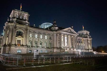 Das Reichstagsgebäude bei Nacht. Im Machtkampf um die Kanzlerkandidatur sind der CDU-Vorsitzende Armin Laschet und CSU-Chef Markus Söder zu einem Treffen zusammengekommen. Foto: Christoph Soeder/dpa