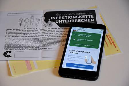 Corona-Warn-App mit Informationsschreiben