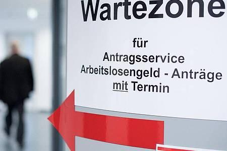 Ein Mann geht in den Wartebereich für den Antragsservice Arbeitslosengeld. Foto: Sebastian Gollnow/dpa