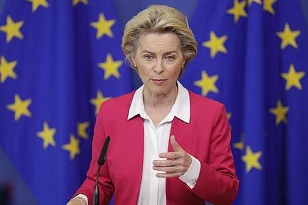 Ursula von der Leyen (CDU), Präsidentin der Europäischen Kommission, gibt eine Presseerklärung ab. Foto: Stephanie Lecocq/EPA Pool/AP/dpa