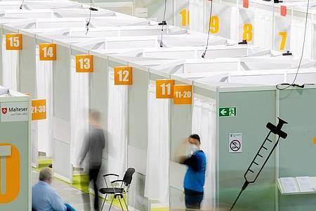 Patienten warten im Corona-Impfzentrum Messe Berlin auf die Impfung mit dem Biontech-Pfizer Impfstoff. Der Koordinator der letzten großen bundesweiten Pandemie-Übung 2007 beklagt eine unzureichende Umsetzung der damaligen Erkenntnisse in der heutigen Corona-Krise. Foto: Christoph Soeder/dpa
