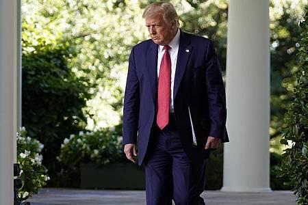 Donald Trump ist am 14. Juli auf dem Weg zu einer Pressekonferenz im Rosengarten des Weißen Hauses. Foto: Evan Vucci/AP/dpa