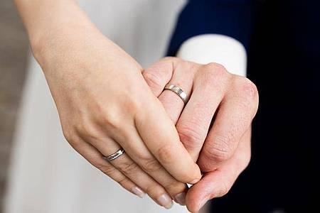 Wegen der Corona-Pandemie haben viele Paare ihre Heiratspläne vorerst verschoben. Das zeigt sich nun auch in der offiziellen Ehe-Statistik. Foto: Rolf Vennenbernd/dpa