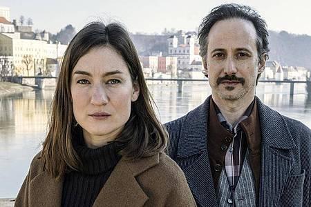 Marie Leuenberger (als Frederike Bader) und Michael Ostrowski (als Ferdinand Zankl) in «Freund oder Feind». Foto: Hendrik Heiden/BR/ARD Degeto/Hager Moss Film GmbH/dpa